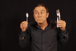 Guy Prunier, tient dans sa mais une petite cuillère avec des yeux, dans l'autre maman il y a maman fourchette et papa couteau